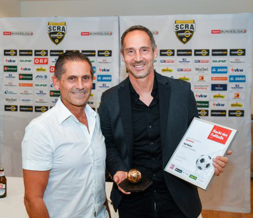 Adi Hütter bei der Scheckübergabe für den Nachwuchs und bei der Auszeichnung als Trainer des Jahres.VN-Lerch/lutz