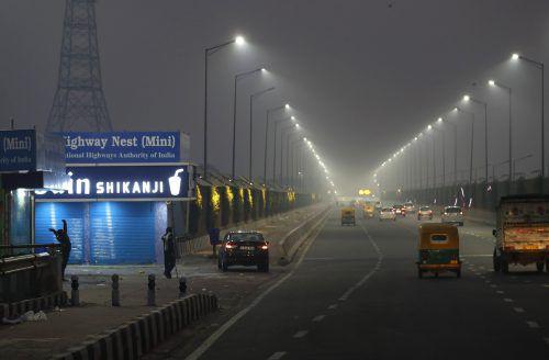 Am Montagmorgen lag dichter Smog über der Metropole Neu Delhi. AP