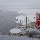 Polarstern findet Eisscholle für Drift durch die Arktis
