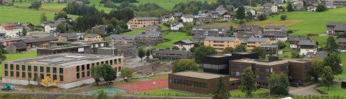 Behutsam in die bestehende Verbauung mit Wohnhäusern, Sozialzentrum, BORG (r.), NMS (l.) usw. eingebettet ist die Anlage (helle Gebäude) in Egg.