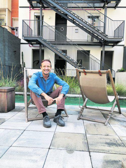Christian Schallert auf der Poolterrasse seines Hotels in Barcelona. VN/JUL