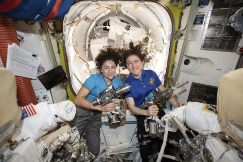 Christina Koch und Jessica Meir bei der Vorbereitung für ihren Einsatz. AP