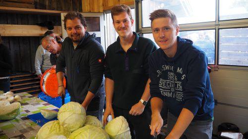 Daniel, Laurin und Christoph bei der Krautproduktion. Egle (2)