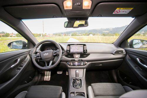 Das Cockpit ist sportiv, hält sich aber in dezentem Rahmen.