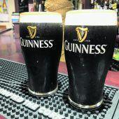 Im Pub ein Guinness genießen