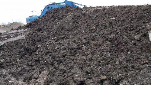 Den VN einst zugespielt: Foto von Müll in illegaler Deponie. Auf wessen Anweisung er vergraben wurde, ist vor Gericht schwierig zu eruieren.