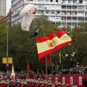 Fallschirmjäger blieb bei Militärparade an Lichtmast hängen