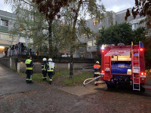 Der gesamte Wohnblock in der Bregenzer Achsiedlung, in dem Brandalarm gegeben wurde, musste evakuiert werden. vol.at/Pletsch