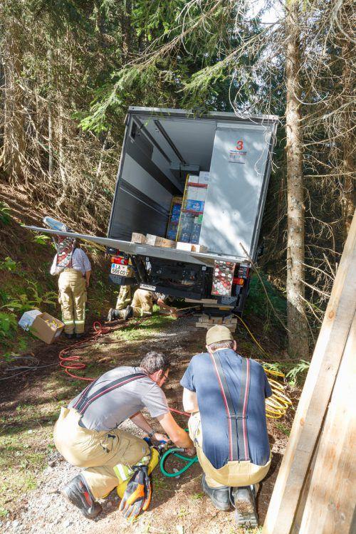 Der Lkw drohte von einem Waldweg abzustürzen. hofmeister