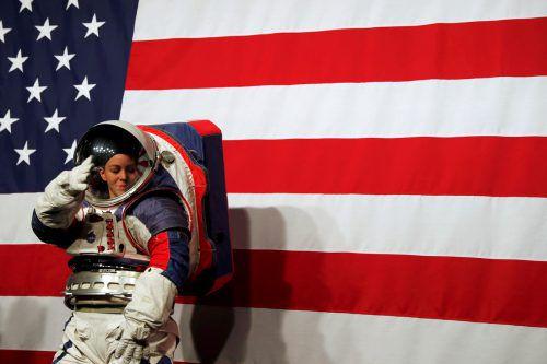 Der neue Raumanzug gibt den Astronauten mehr Bewegungsfreiheit. Reuters