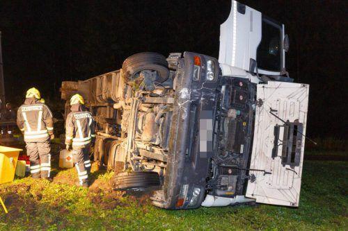 Der umgekippte Lkw, der mit Haushaltsartikeln beladen war, wurde vom Abschleppdienst und der Feuerwehr Klösterle geborgen.hofmeister
