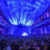 Ein goldener Saal ganz in Blau eingehüllt