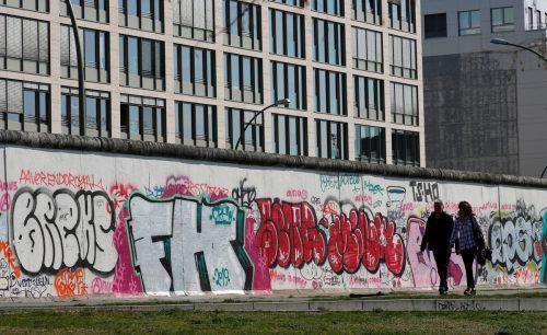Die East Side Gallery markiert ein Reststück der Berliner Mauer, ein Überbleibsel der jahrelangen Trennung. reuters