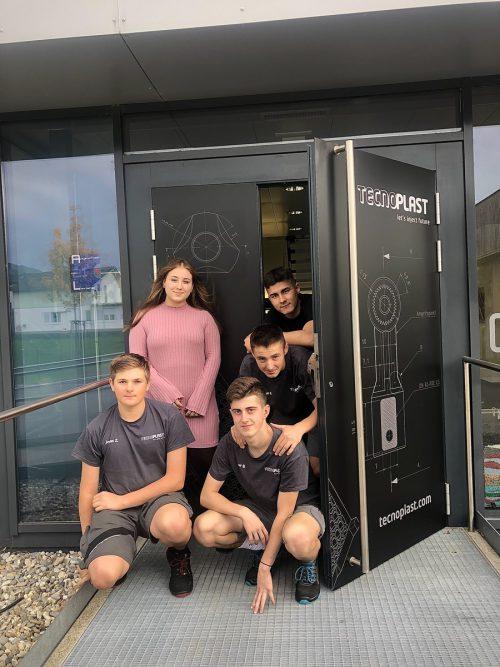 Die fünf neuen Lehrlinge im Höchster Unternehmen Tecnoplast. Tecnoplast
