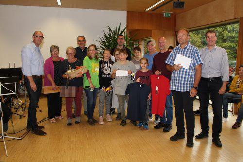 Die Gewinner des Fahrradwettbewerbs mit Walter Gohm (1.v.l.), Gerlinde Wiederin (5.v.l.) und Rainer Hartmann (1.v.r.). HE