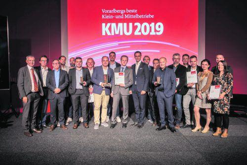 """Die Gewinner und Ausgezeichneten des Wettbewerbs """"Vorarlbergs beste Klein- und Mittelbetriebe 2019"""" von VN, Wirtschaftskammer und Land Vorarlberg mit den Juroren und Partnern. VN/Paultisch"""