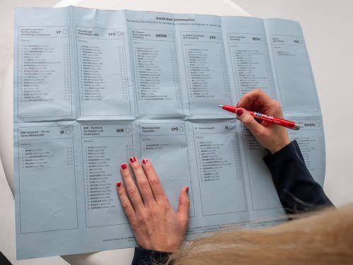 Die größte Auswahl haben die Wählerinnen und Wähler im Bezirk Feldkirch. Auf dem blauen Stimmzettel stehen zwölf Parteien zur Wahl. VN/Lerch