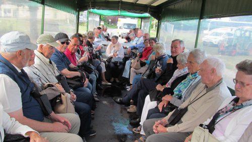 Die Lauteracher Pensionisten bei der Traktortour. pvö lauterach