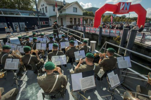 Die Militärmusik begeisterte nicht nur die Besucher an Bord, sondern auch die Zaungäste im Hafen.