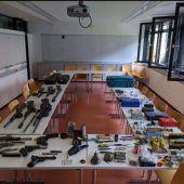 Italiener mit Waffenarsenal im Zimmer