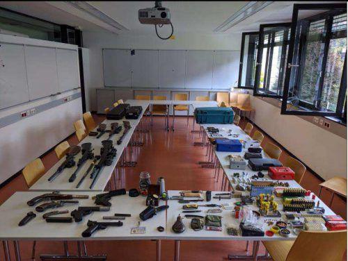 Die sichergestellten Waffen, die der Italiener gehortetet hatte. polizei