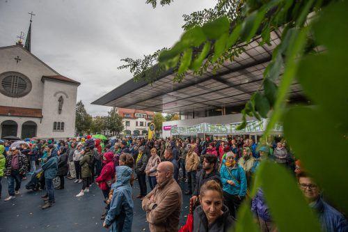 Die Sonntagsdemo machte am gestrigen Sonntag am blauen Platz in Lustenau Station. Es sind rund 500 Menschen gekommen.VN/Sams