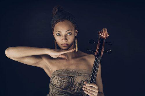 Die Wiener Cellistin und Singer-Songwriterin Marie Spaemann war schon 2018 zu Gast und ist heuer Intendantin in Residence der :alpenarte.andrej grilc