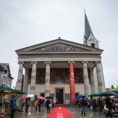 Roter Teppich für das Kirchenvolk