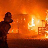 Kalifornier fliehen vor Feuerwalze