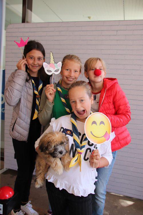 Fabiola, Alina, Clara und Lina haben Spaß an der Fotobox.