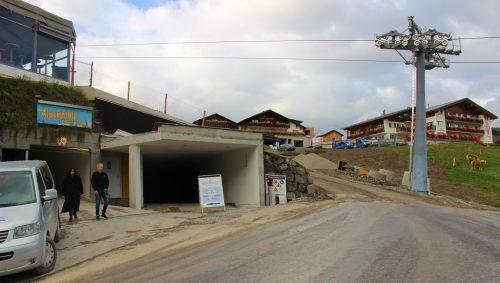 """Direkt neben der Einfahrt zur Tiefgarage des """"Alpensterns"""" (links) ist auch die Einfahrt zum Tunnel, der """"Hertehof"""" und """"Schönblick"""" wintersicher erschließt. strauss"""