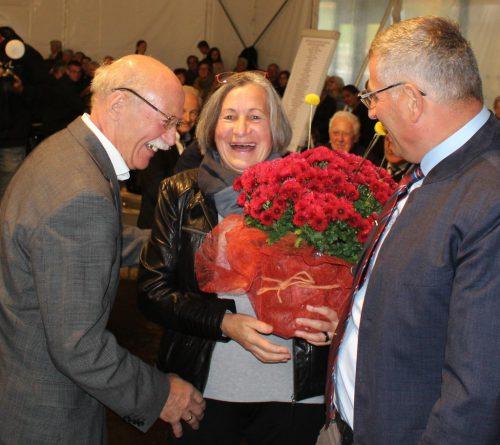 Blumen und Urlaubsgutschein von Bgm. Kirchmann für Rosa und Hans Kogler.
