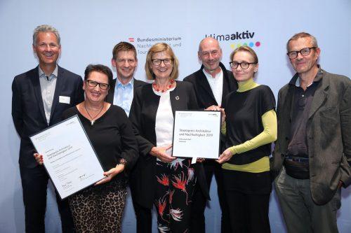 Vizebürgermeisterin Doris Rohner (2. v. l.) nahm den Staatspreis für Architektur und Nachhaltigkeit beim Festakt in Wien entgegen. APA/Schedl
