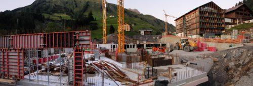 Für das Projekt auf einem Areal von knapp eineinhalb Hektar mussten rund 45.000 Kubikmeter Gestein abgetragen werden, inzwischen begann der Hochbau. strauss