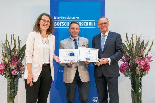 HTL-Direktor Michael Grünwald (Mitte)nahm von Innenministerin Iris Rauskala und EP-Vizepräsident Othmar Karas das Zertifikat entgegen.APA