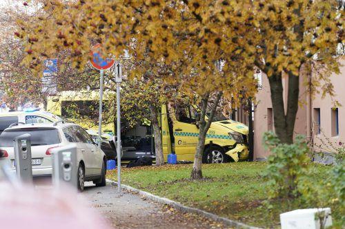 Im Osloer Stadtzentrum krachte dieser Krankenwagen dann in ein Gebäude. AP
