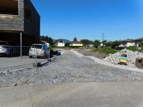 Im Umlegungsgebiet an der Lirerstraße laufen die Arbeiten zur Erschließung. Bis Ende Oktober soll alles fertig sein.Michael Mäser