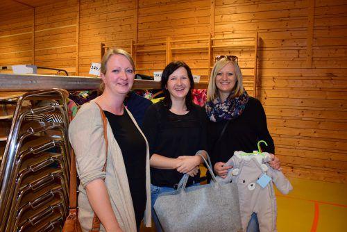 Isabelle Konzett, Caroline Säly und Katharina Konzett genossen den Einkaufsnachmittag und ergatterten einige nette Schnäppchen für den Nachwuchs. SG