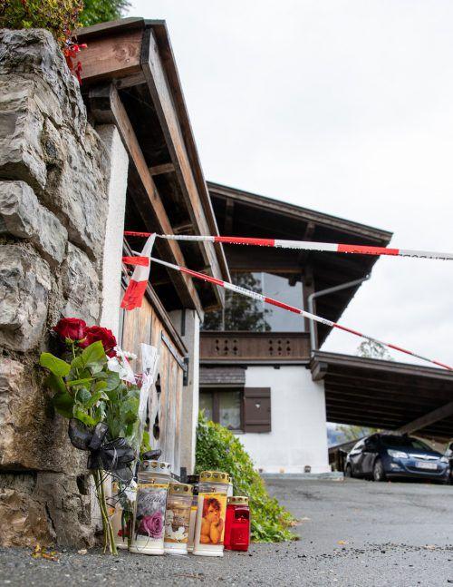 Kerzen und Blumen sollen an die Opfer erinnern. Viele Menschen suchen das Gespräch mit dem Pfarrer von Kitzbühel, Michael Struzynski. APA
