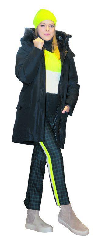 Kuschelig             Lara im trendigen Outfit von Luger Mode: Daunenparka von Woolrich 750 Euro, Pulli und Hose von Drykorn je 150 Euro, Boots von AGL 235 Euro und Cashmere-Mütze um 79 Euro. VN/Paulitsch