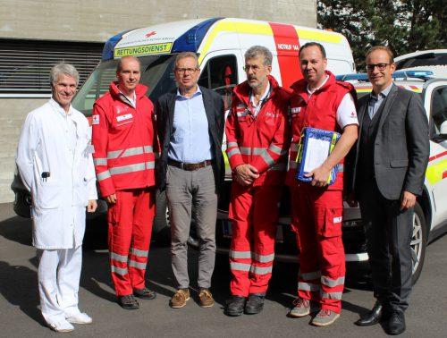 LKH-Chefarzt Günter Höfle, Kdt. Thomas Maierhofer, Johannes Collini, OA Bernhard Schwärzler, Dienststellenleiter Bertram Märk und Bgm. Dieter Egger (v.l.).tf