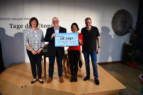 Maria Neuschmid (l.) und Stefan Vögel (r.) stimmten Susanne Marosch und Werner Ender mit dieser Spendensumme mehr als zufrieden.vvt