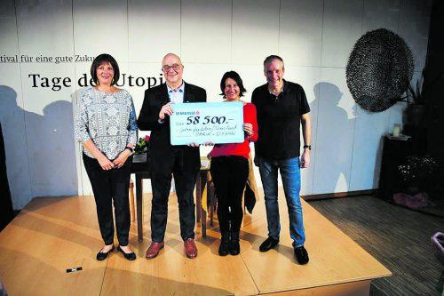 Maria Neuschmid und Stefan Vögel überreichen den Spendenscheck an Winfried Ender (Neustart) und Susanne Marosch (Geben für Leben).Vorarlberger Volkstheater