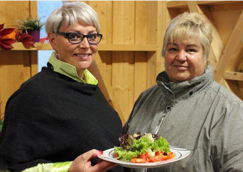 Martina Tuttner (Winkelhof) und Doris Salzgeber ließen sich das Menü schmecken.