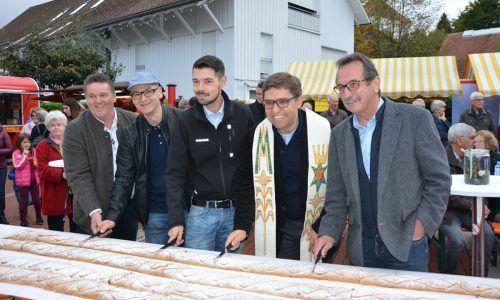 Mit dem Anschnitt des Apfelstrudels wird der Herbstmarkt offiziell eröffnet.