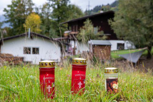 Nach dem Fünffachmord in Kitzbühel vom Sonntag stehen Kerzen in unmittelbarer Nähe des Tatorts. APA