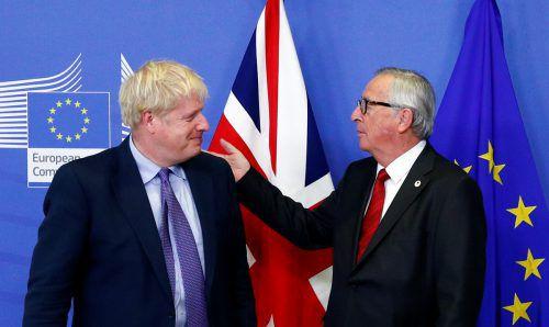 """Nach zähen Verhandlungen zeigten sich Premier Johnson und Kommissionschef Juncker erfreut: Für Großbritannien bedeute der Deal, dass das Land einen """"echten Brexit"""" vollziehen könne, so der britische Regierungschef.reuters"""