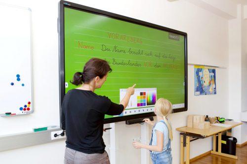 """Neue Smartboards – neue Möglichkeiten. In der Volksschule Weiler hat die """"smarte"""" Technik Einzug gehalten.Gemeinde/Fritz"""