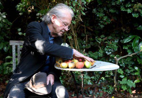 """Peter Handke am Donnerstag in seinem Garten in Chaville bei Paris: """"Der Preis ist eine sehr zwiespältige Angelegenheit und ein ewiges Dilemma."""" afp"""