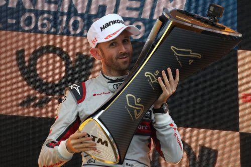 René Rast stemmt zum zweiten Mal nach 2017 den Pokal für den DTM-Gesamtsieg in die Höhe.gepa